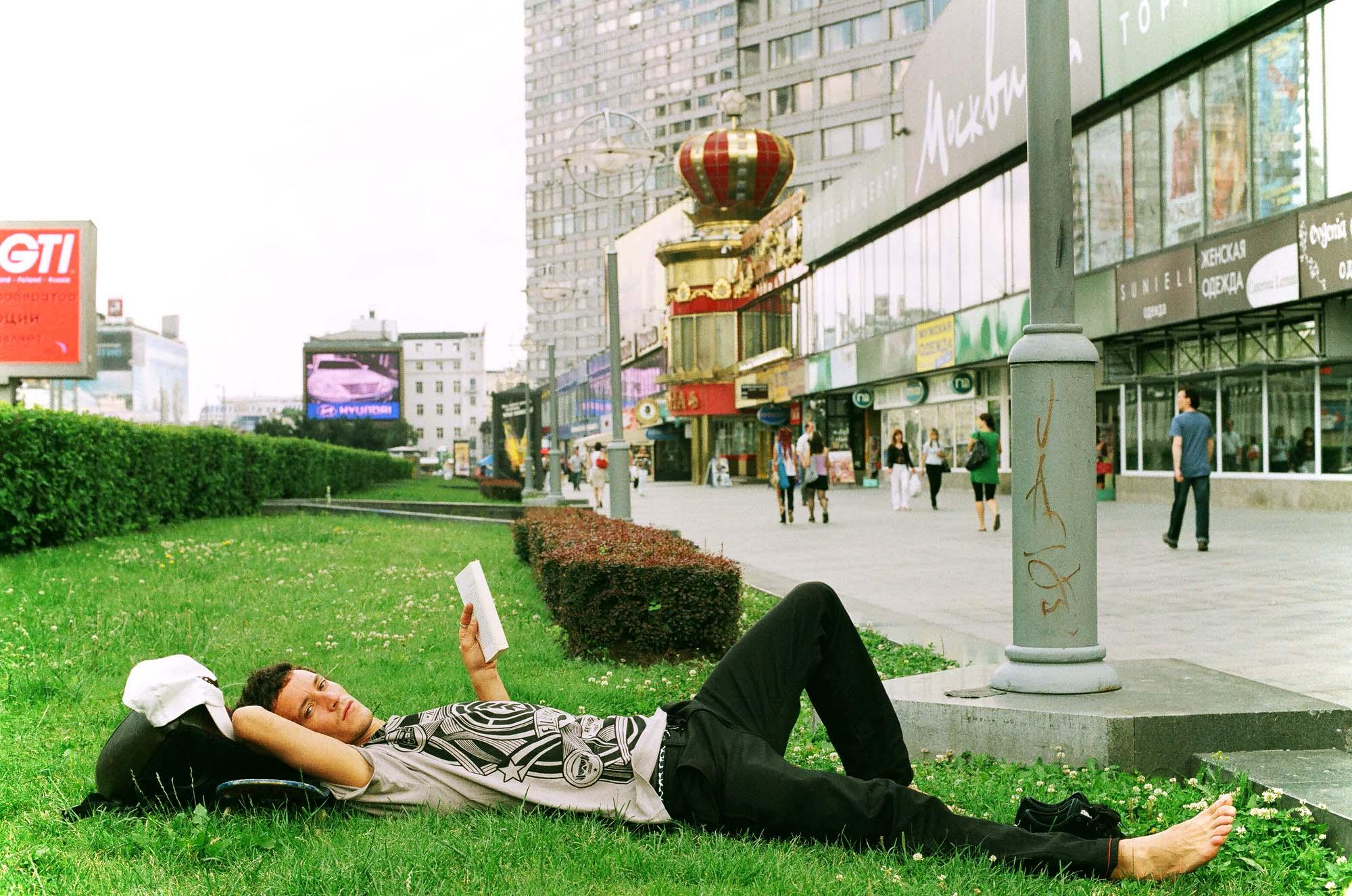 35mmPatrikWallner_Moscow_MichiReadingLOWQ