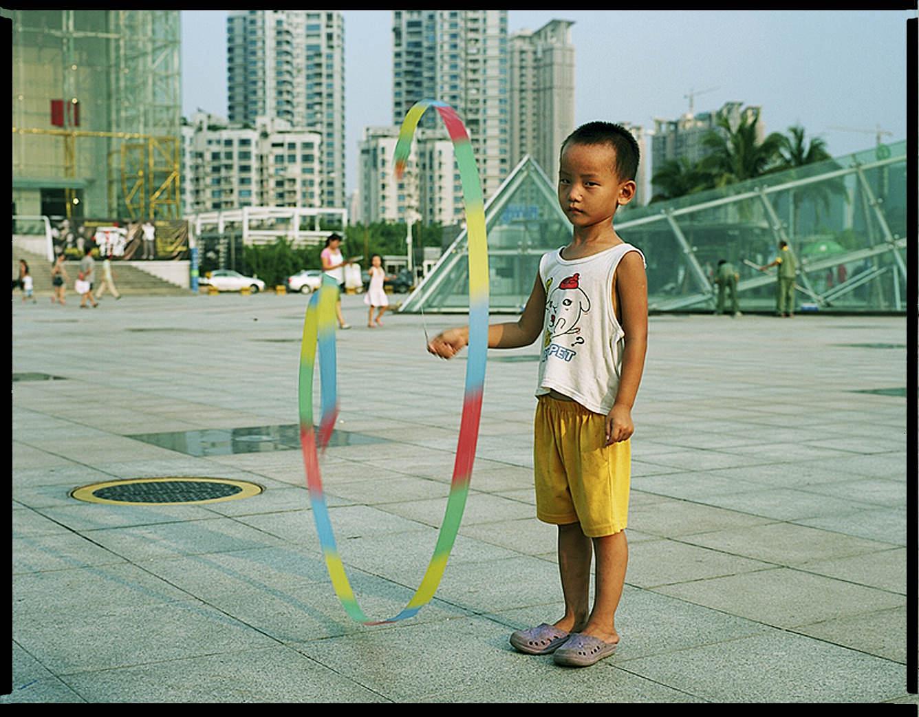 MediumFormatPatrikWallner_Shenzhen_KidsPlayingLookingIntoCamLOWQ