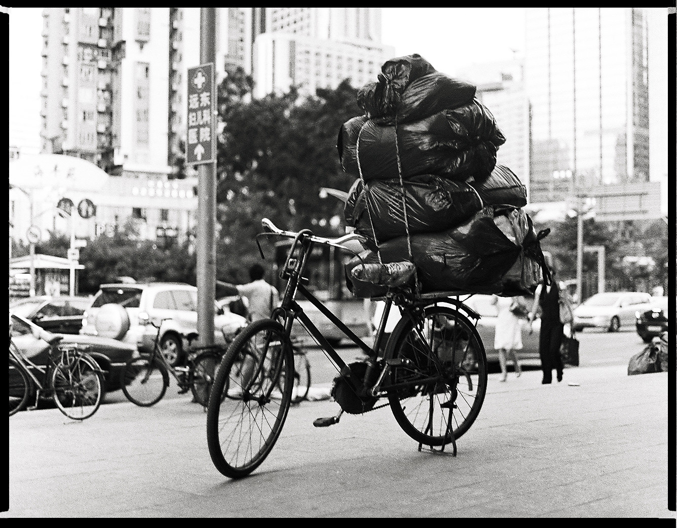 MediumFormatPatrikWallner_Shenzhen_LuggageLOWQ