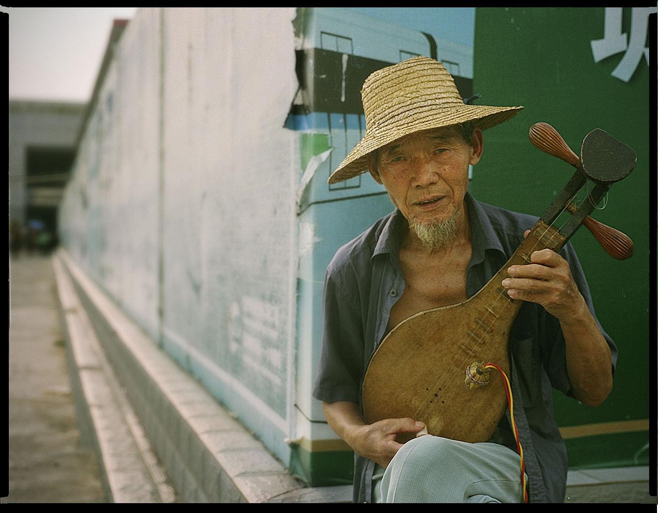MediumFormatPatrikWallner_Shenzhen_MusicanLOWQ