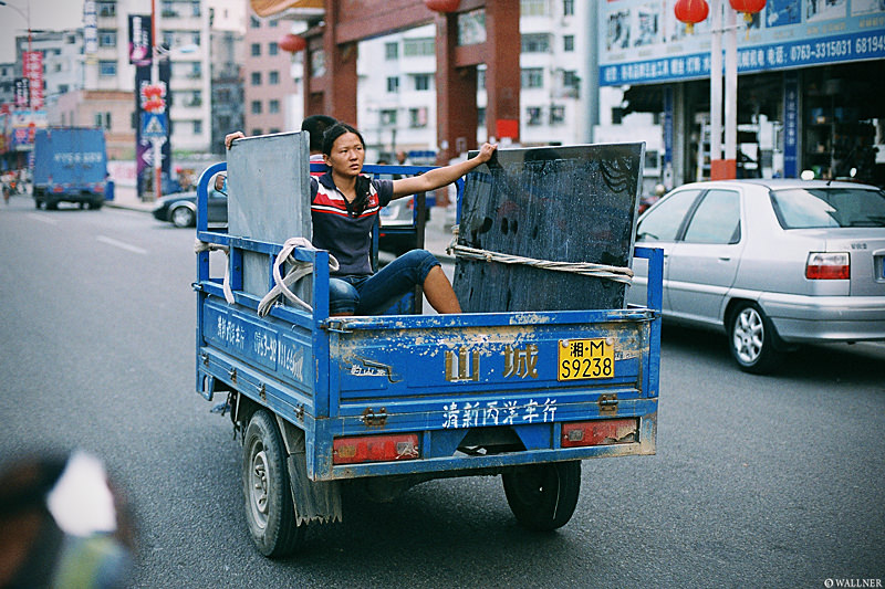35mmPatrikWallner_Qingyuan_HoldingGlassMediumLOWQ800p