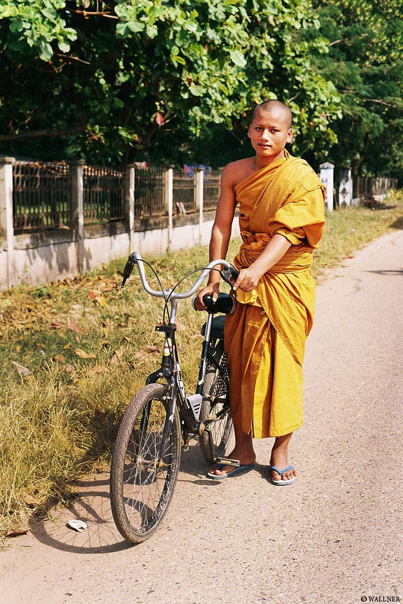 35mmPatrikWallner_Vientiane_BicycleMonkLOWQ