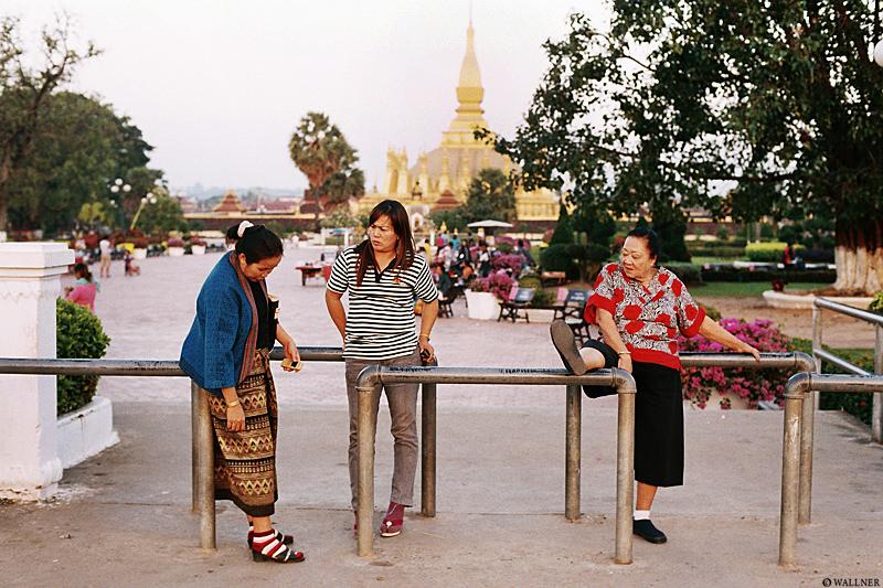 35mmPatrikWallner_Vientiane_LadyChillingLOWQ