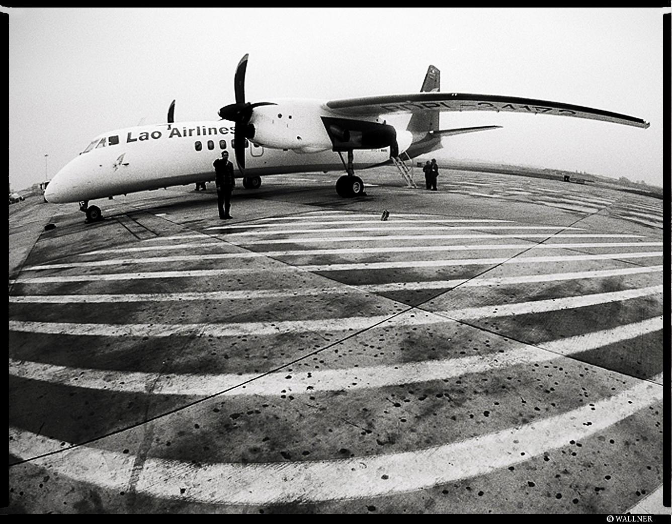 MediumFormatPatrikWallner_Airport_GettingOnPlaneLOWQ