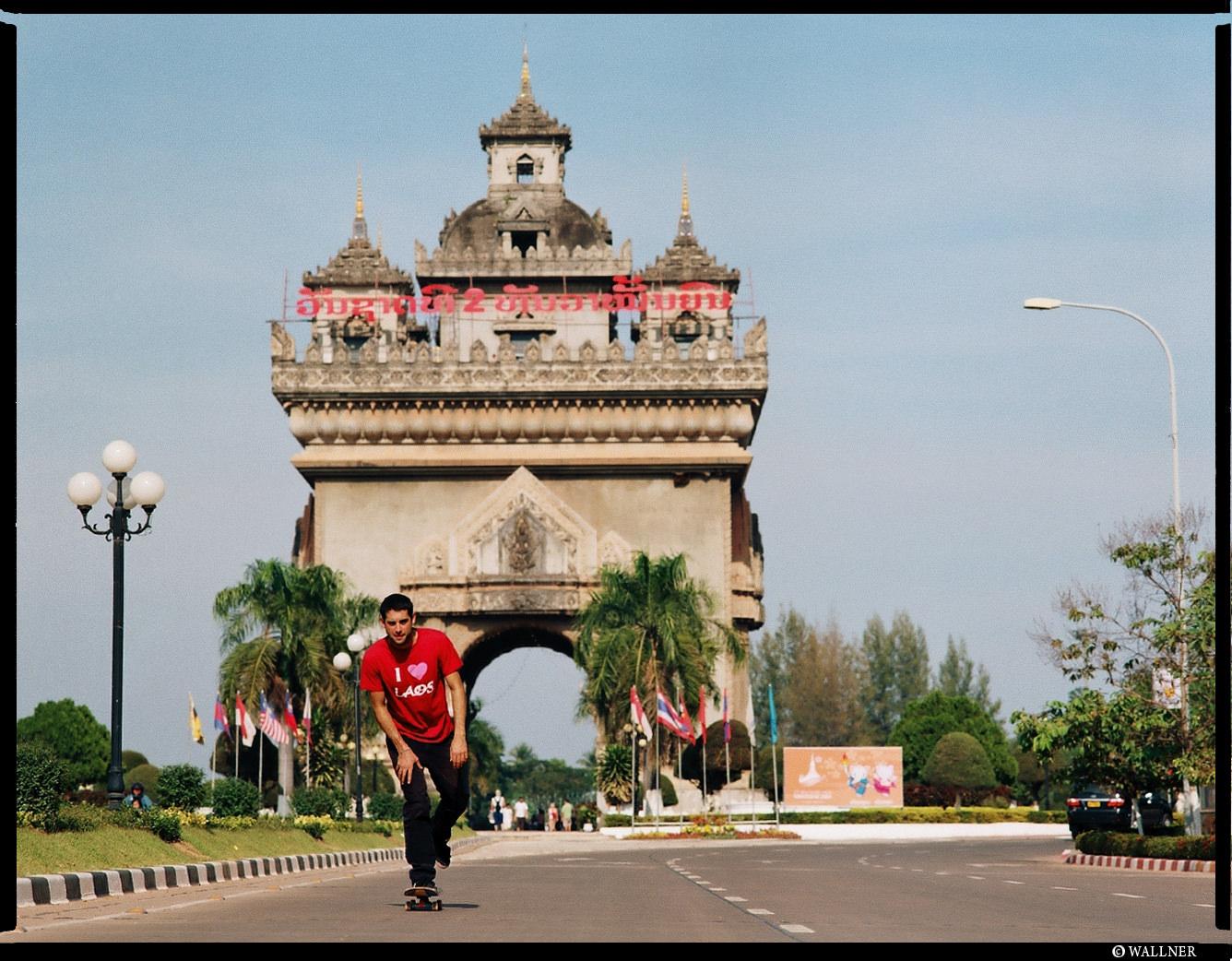 MediumFormatPatrikWallner_Vientiane_ArcDTriumpPushLOWQ