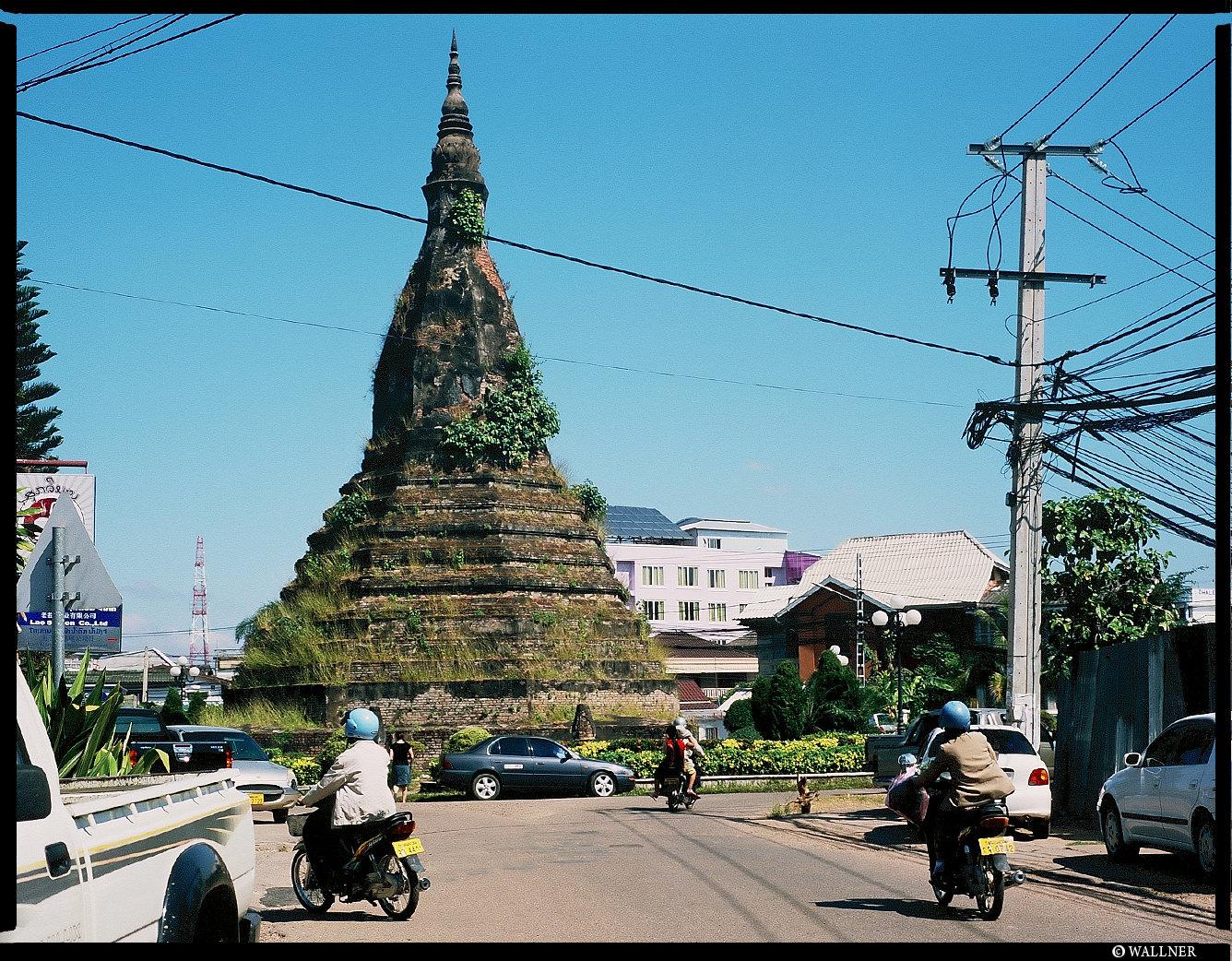 MediumFormatPatrikWallner_Vientiane_AroundThePointyThingLOWQ