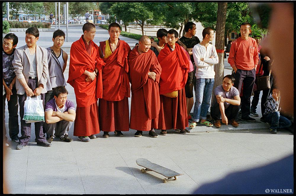 35mmPatrikWallner_Xining_MonksConfusedLOWQ