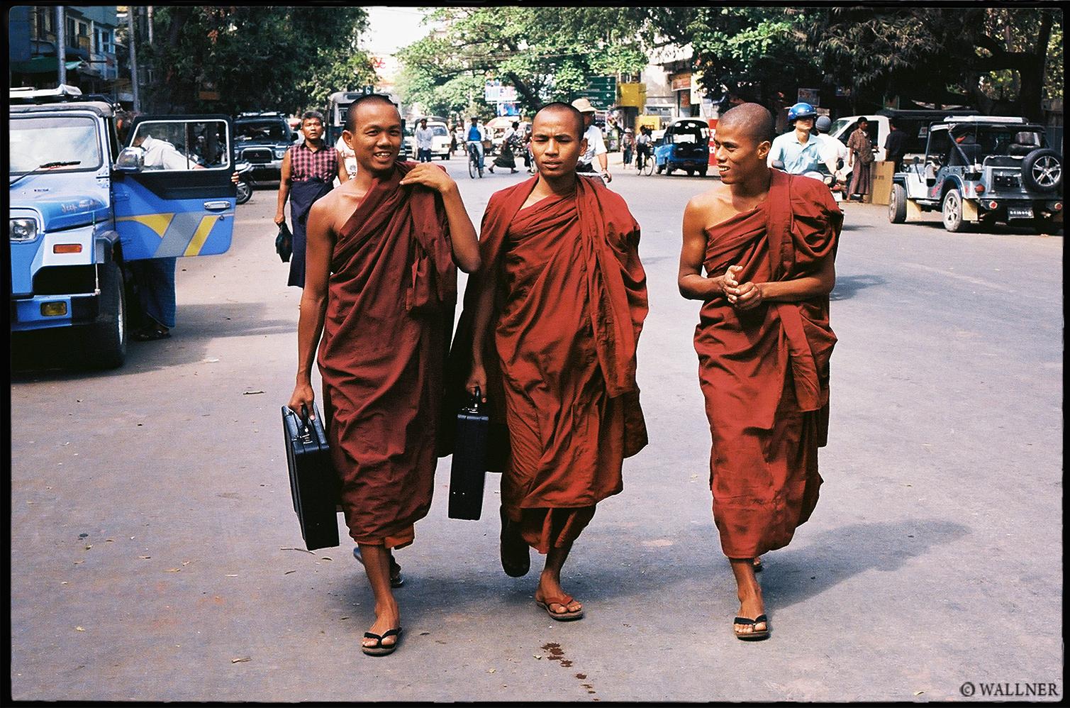 35mmPatrikWallner_Mandalay_LotteryMonksLOWQ
