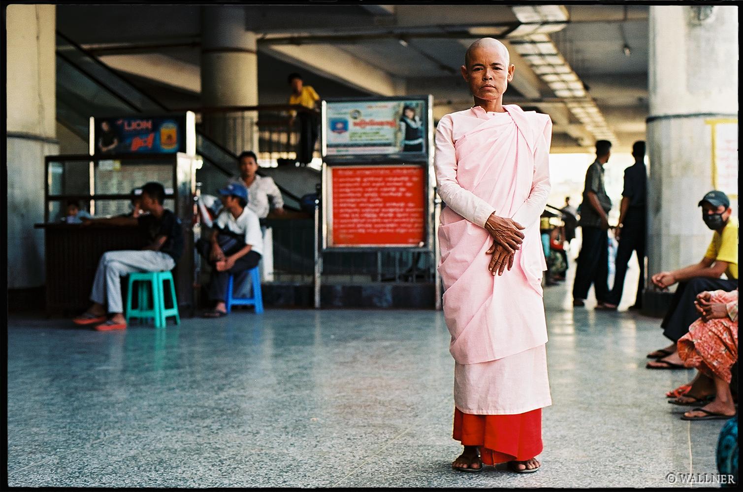35mmPatrikWallner_Mandalay_TrainWaitingNunLOWQ