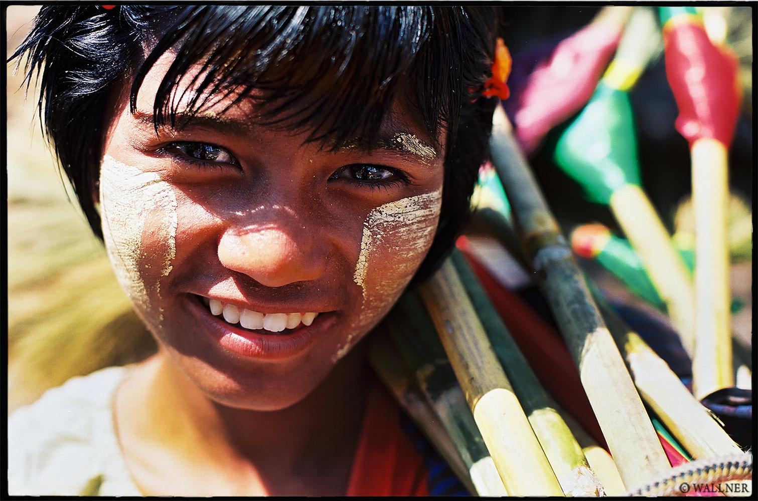 35mmPatrikWallner_Yangon_BroomSellerLOWQ