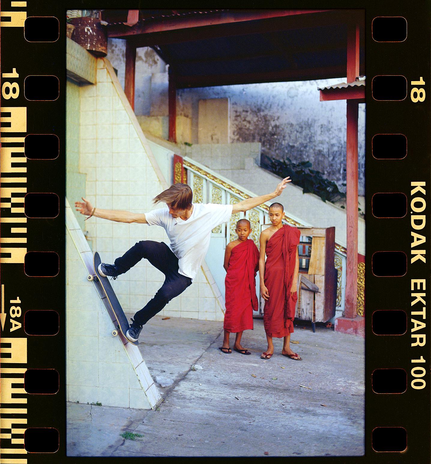 35mmPatrikWallner_Yangon_ZvereffVerticalTempleGrinding