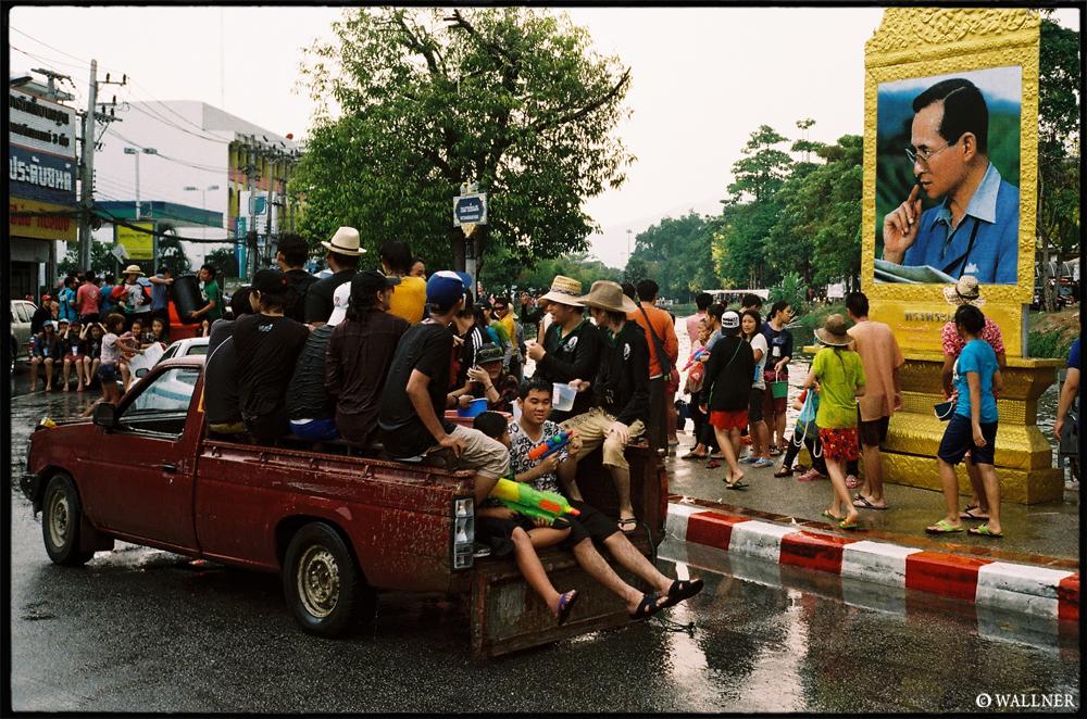 35mmPatrikWallner_ChiangMai_KingWatchingLOWQ1000P