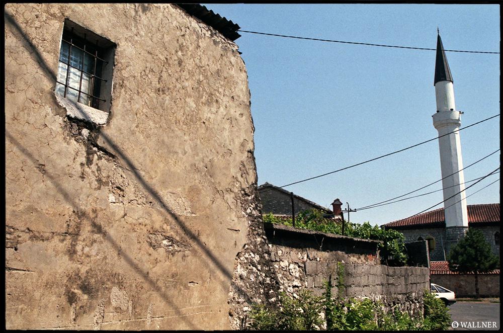35mmPatrikWallner_Podgorica_OnlyPhotoQuestionmarkLOWQ1000P