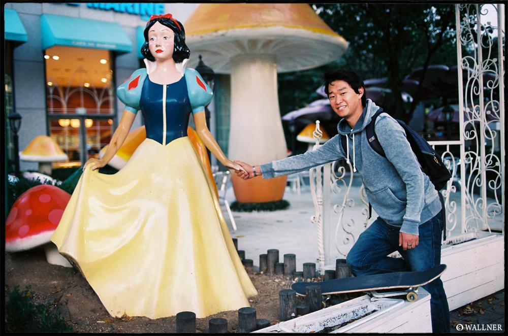 35mmPatrikWallner_Seoul_DannyAskingSnowWhiteForADateLOWQ1000P