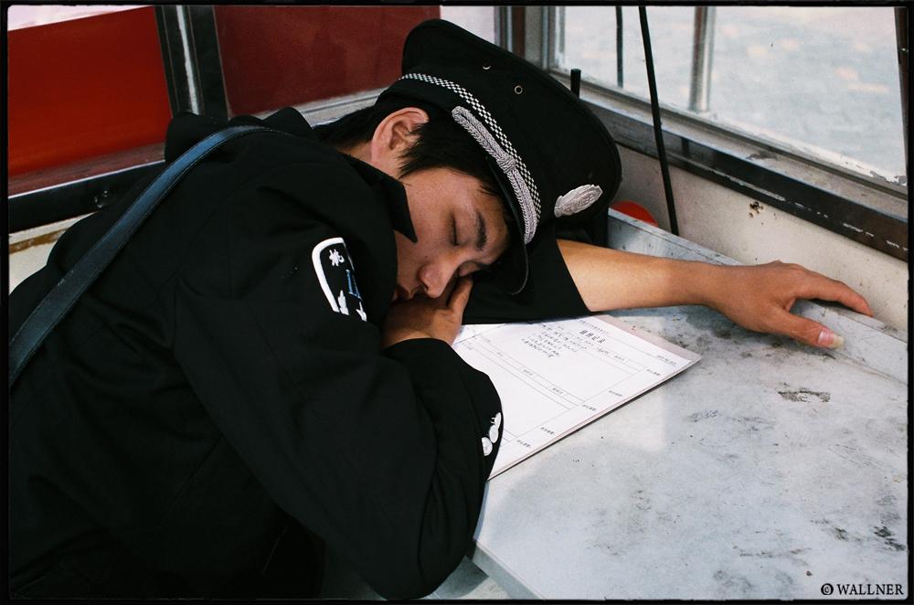 35mmPatrikWallner_Shenzhen_SleepyLOWQ1000P
