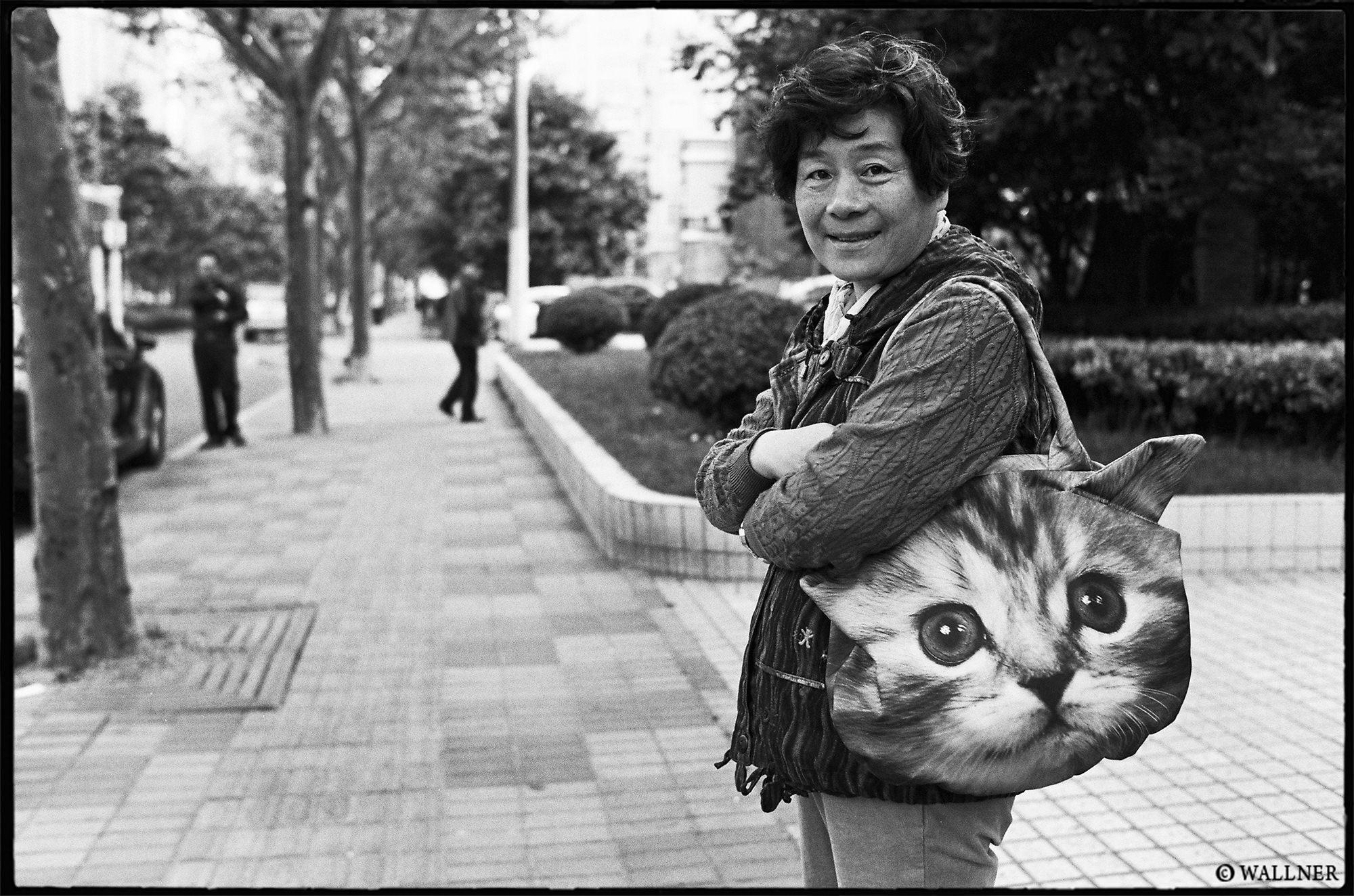 35mmPatrikWallner_Shanghai_CatBagLady LOWQ 2000P