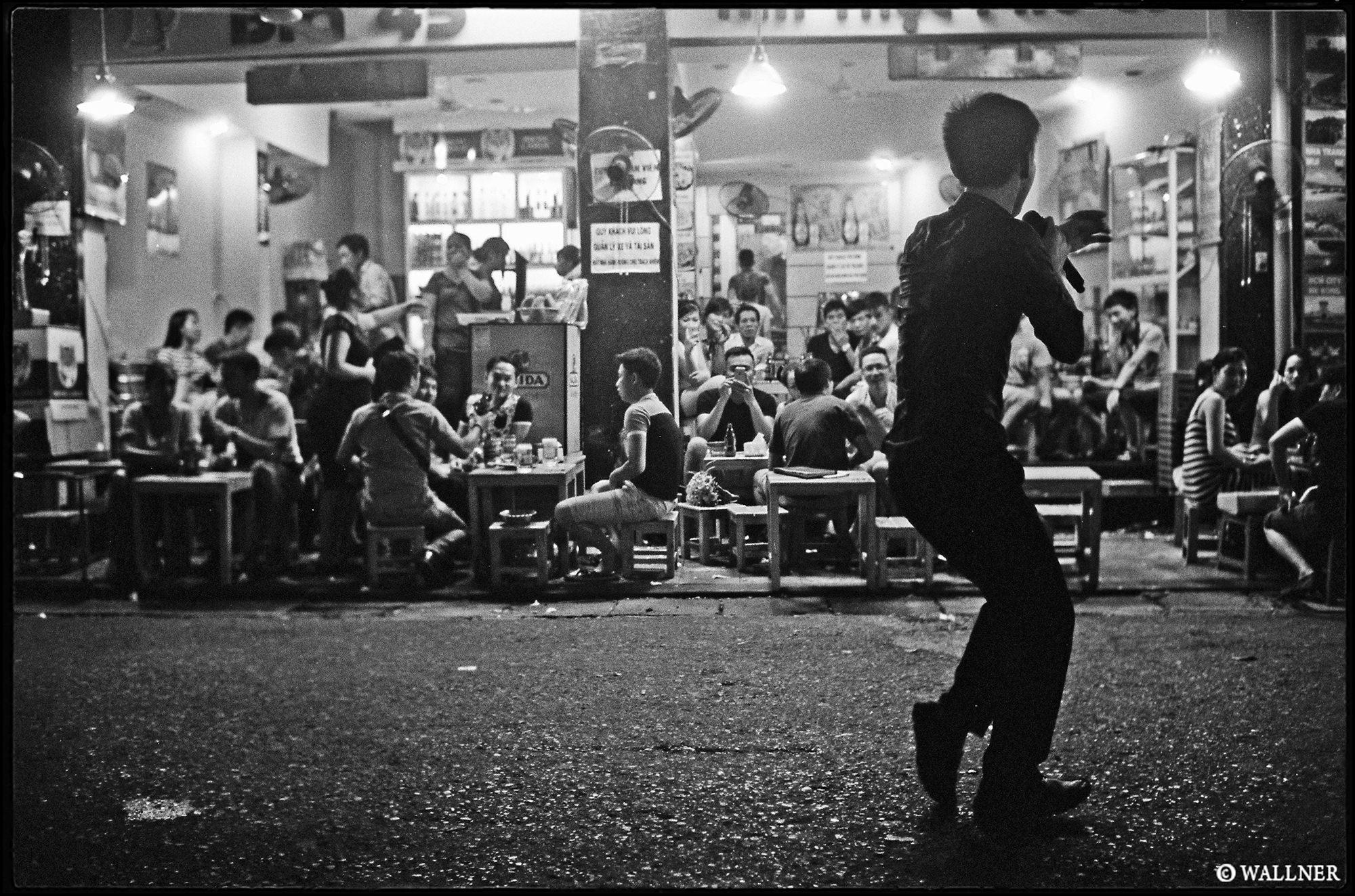 35mmPatrikWallner_Hanoi_StreetSingerLOWQ2000P