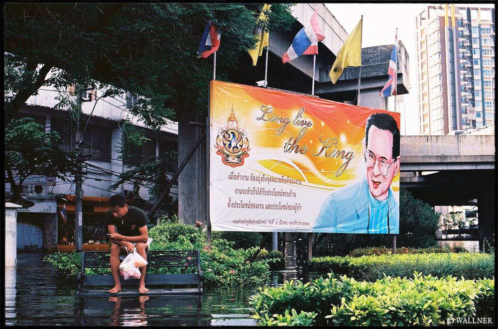 35mmPatrikWallner_Bangkok_KingLookingOutLOWQ1000P