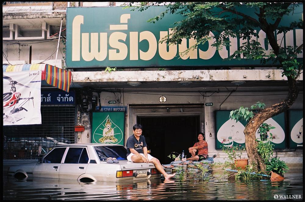 35mmPatrikWallner_Bangkok_NotLeavingWorkLOWQ1000P