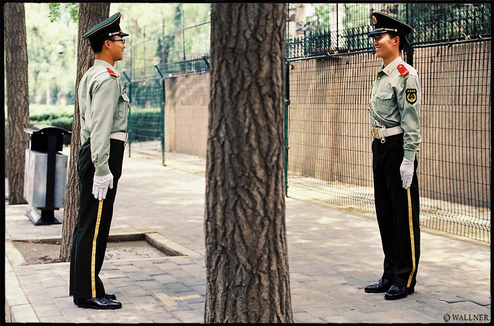 35mmPatrikWallner_Beijing_AmericanEmbassyGuardsLOWQ1000P