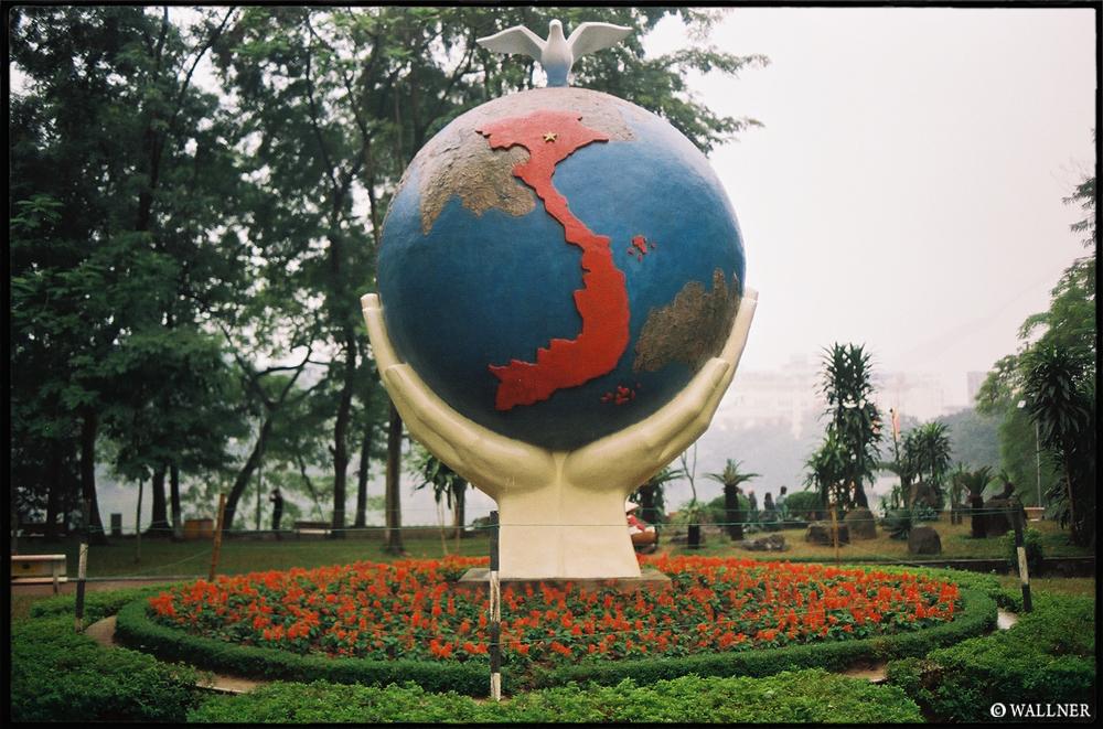 35mmPatrikWallner_Hanoi_VietnamOutOfProportionLOWQ1000P