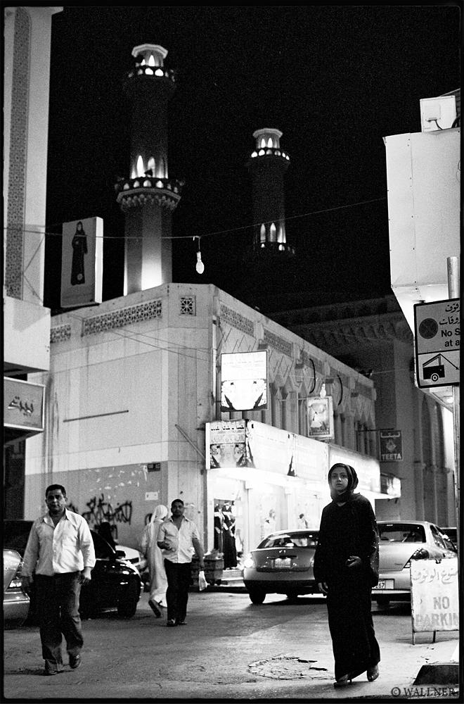 35mmPatrikWallner_Manama_LateNightWalkLOWQ1000P