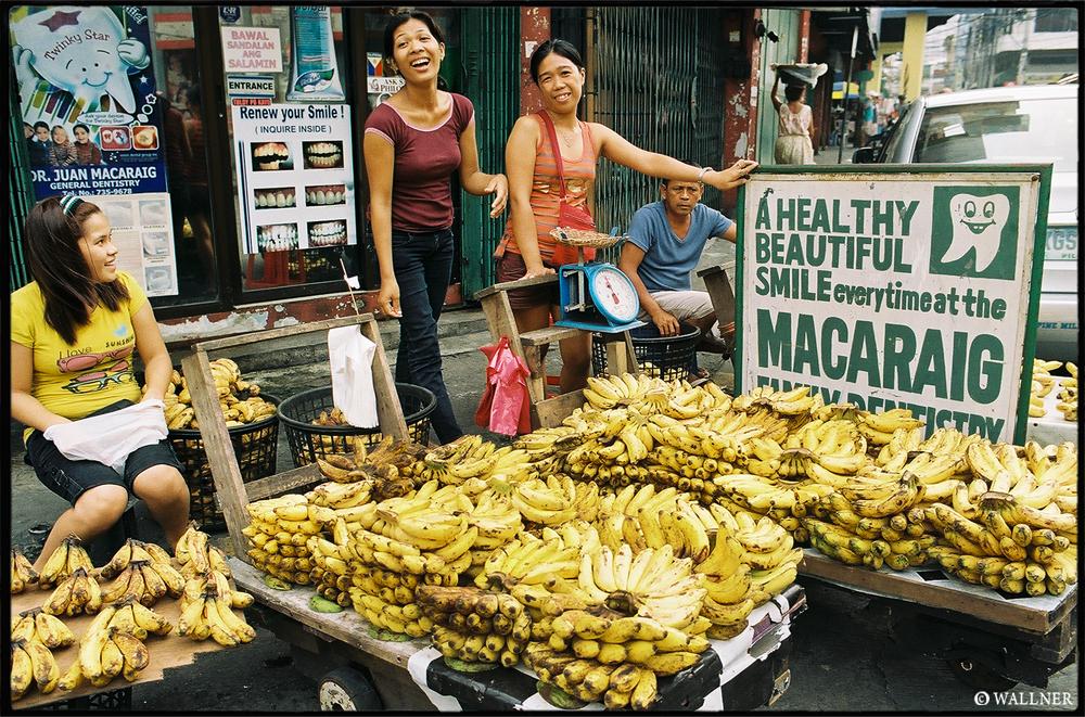 35mmPatrikWallner_Manila_BananaSmilesLOWQ1000P