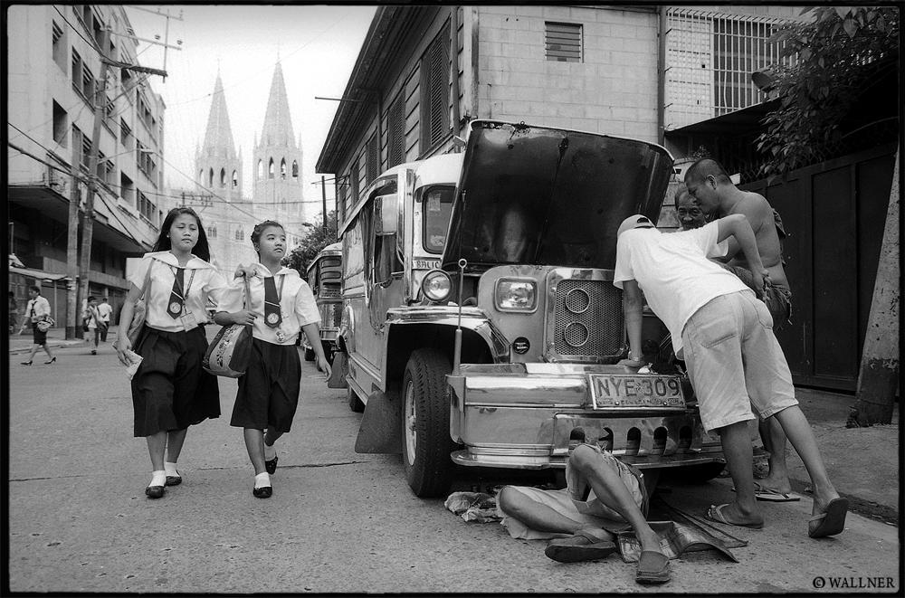 35mmPatrikWallner_Manila_JeepneyRepairAtSchoolOffLOWQ1000P