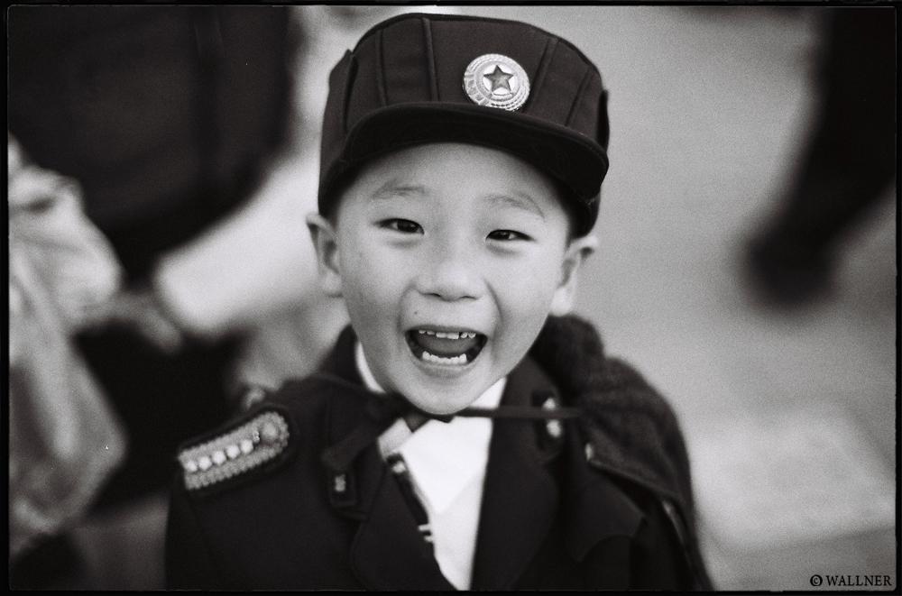 35mmPatrikWallner_Pyongyang_ExcitedKidLOWQ1000P