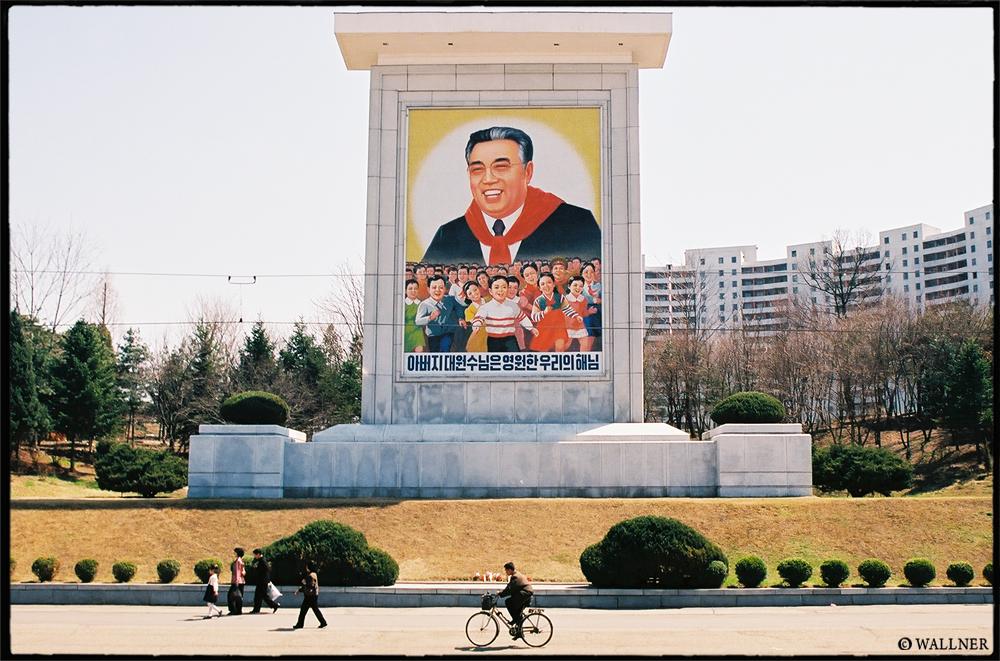 35mmPatrikWallner_Pyongyang_KindaGottaLoveHimLOWQ1000P
