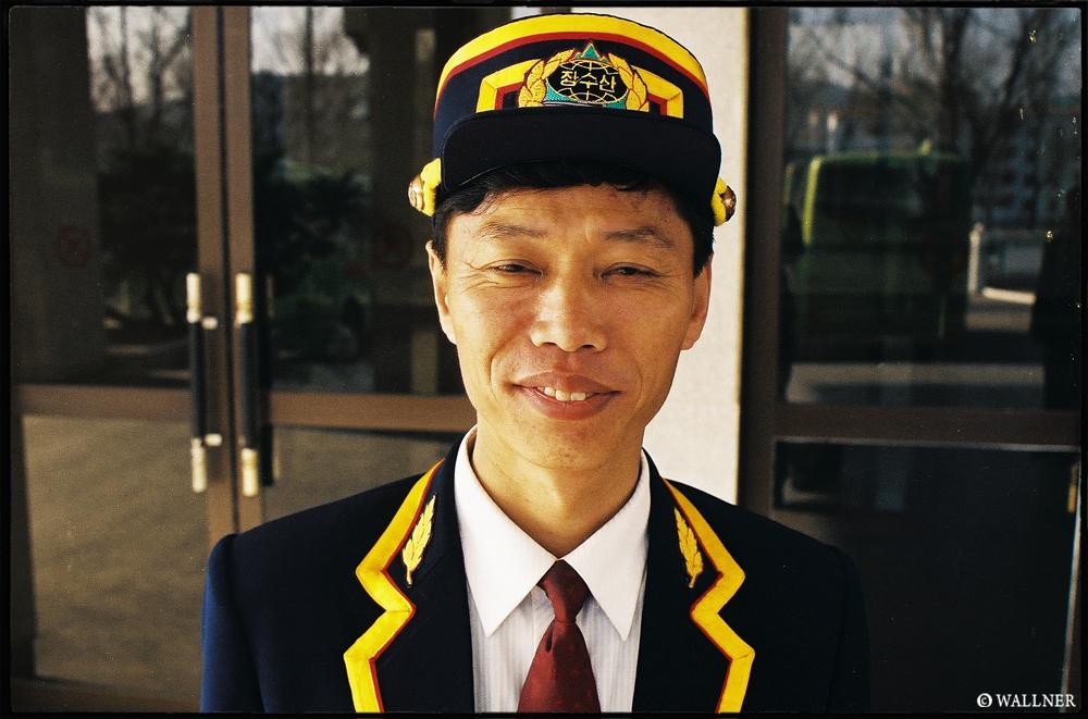 35mmPatrikWallner_Pyongyang_LoveTheHatLOWQ1000P