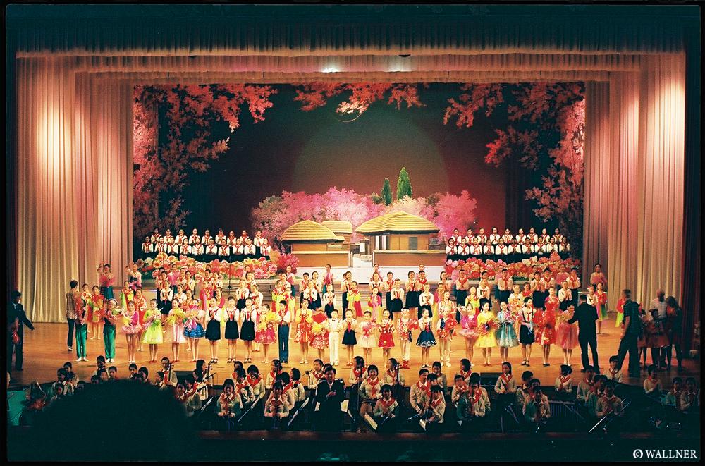 35mmPatrikWallner_Pyongyang_PerformancesLOWQ1000P