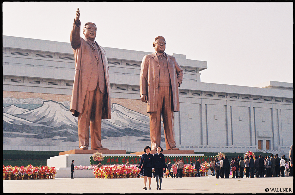 35mmPatrikWallner_Pyongyang_TheKimStatuesLOWQ1000P