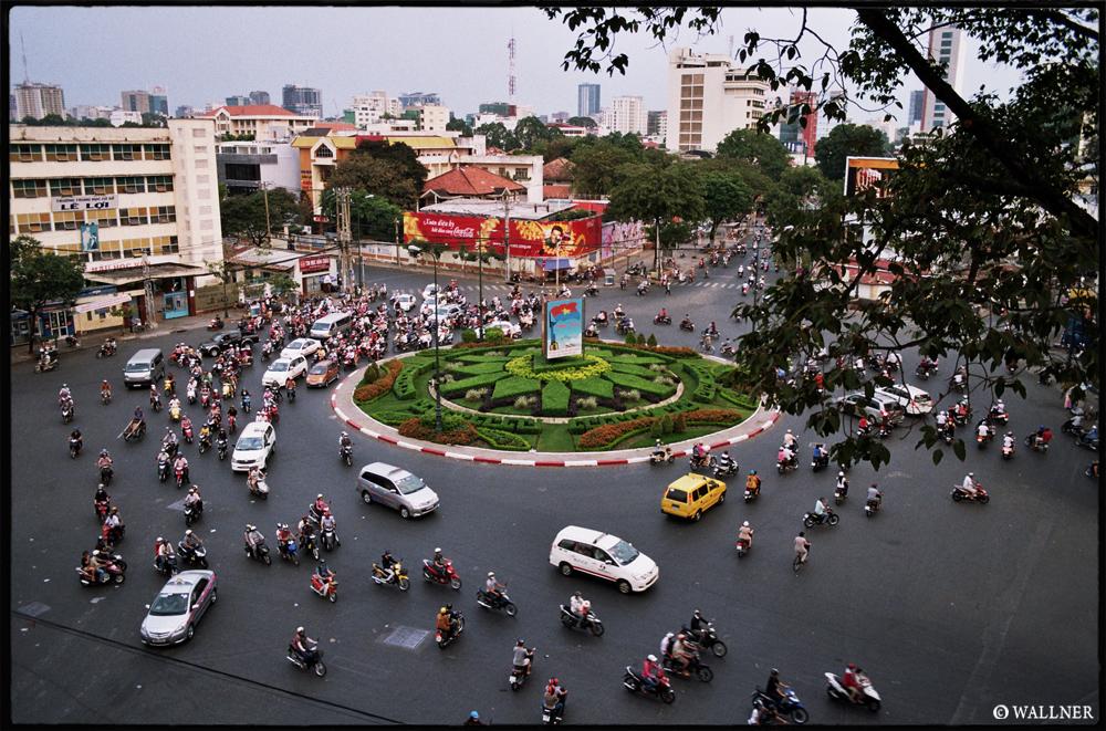 35mmPatrikWallner_Saigon_RoundaboutDayLOWQ1000P