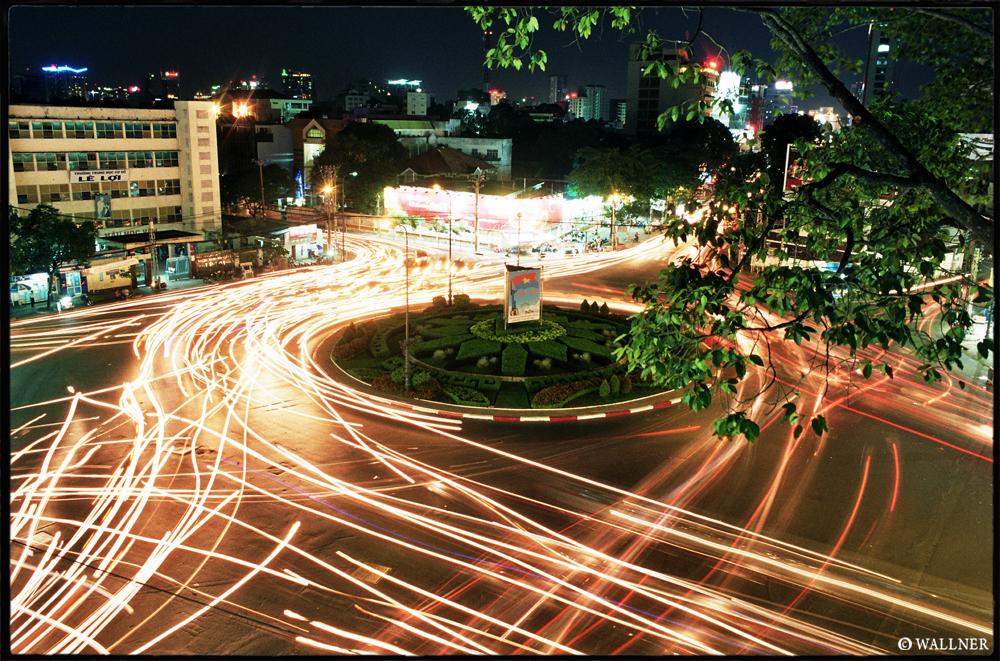 35mmPatrikWallner_Saigon_RoundaboutNightLOWQ1000P