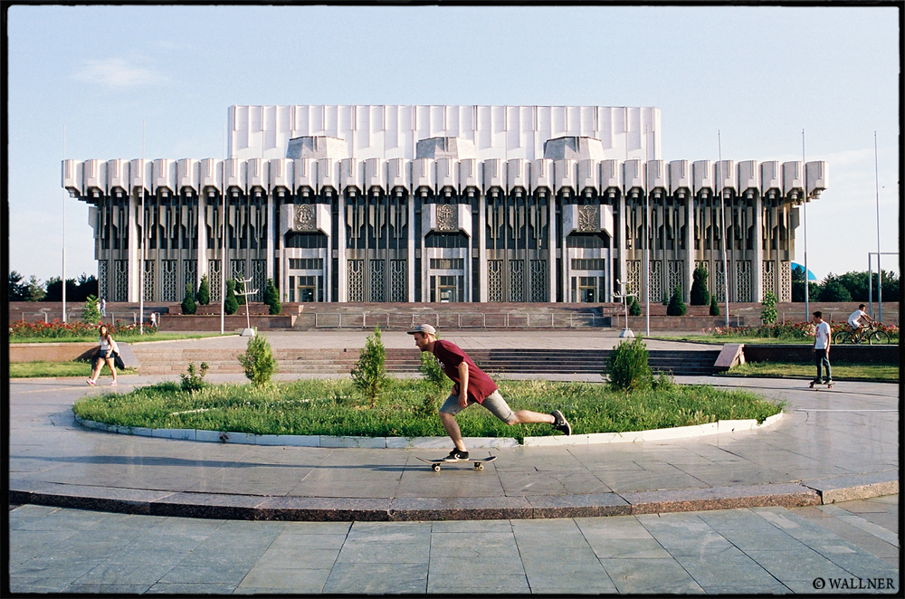 35mmPatrikWallner_Tashkent_LaurencePushingDowntownLOWQ1000P