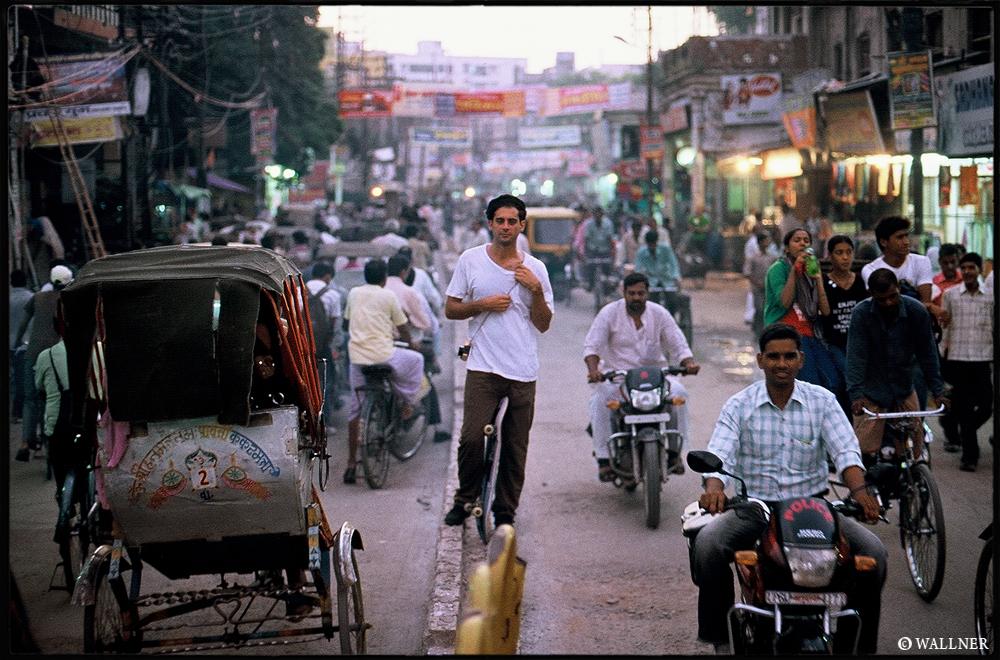 35mmPatrikWallner_Varanasi_KennyMiddleOfTrafficLOWQ1000P