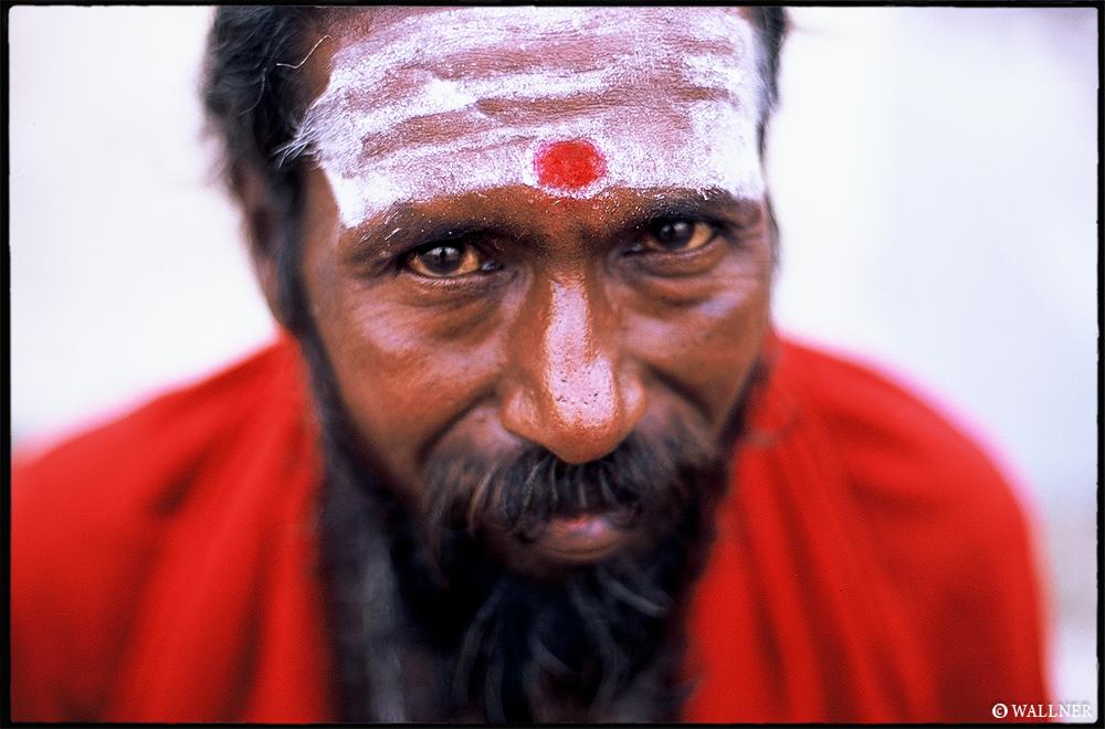 35mmPatrikWallner_Varanasi_RedDominatingLOWQ1000P