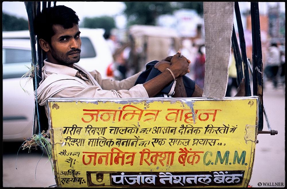 35mmPatrikWallner_Varanasi_WaitingToPushLOWQ1000P