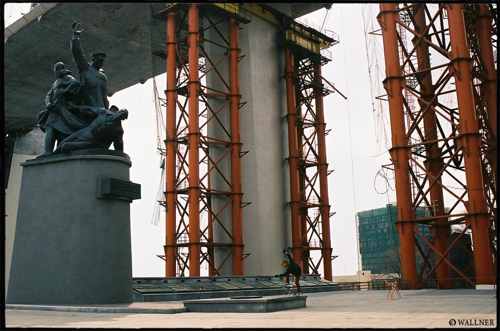 35mmPatrikWallner_Vladivostok_XiaoXingFsBluntWarMemorialLOWQ1000P