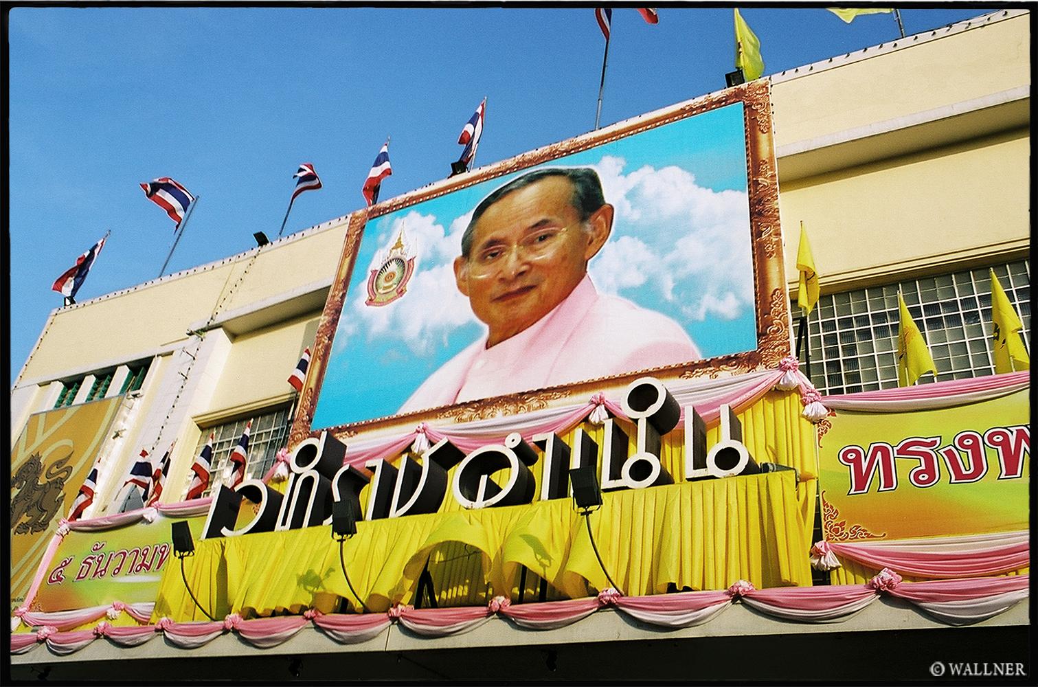 35mmPatrikWallner_Bangkok_TheKingBlueSkiesLOWQ