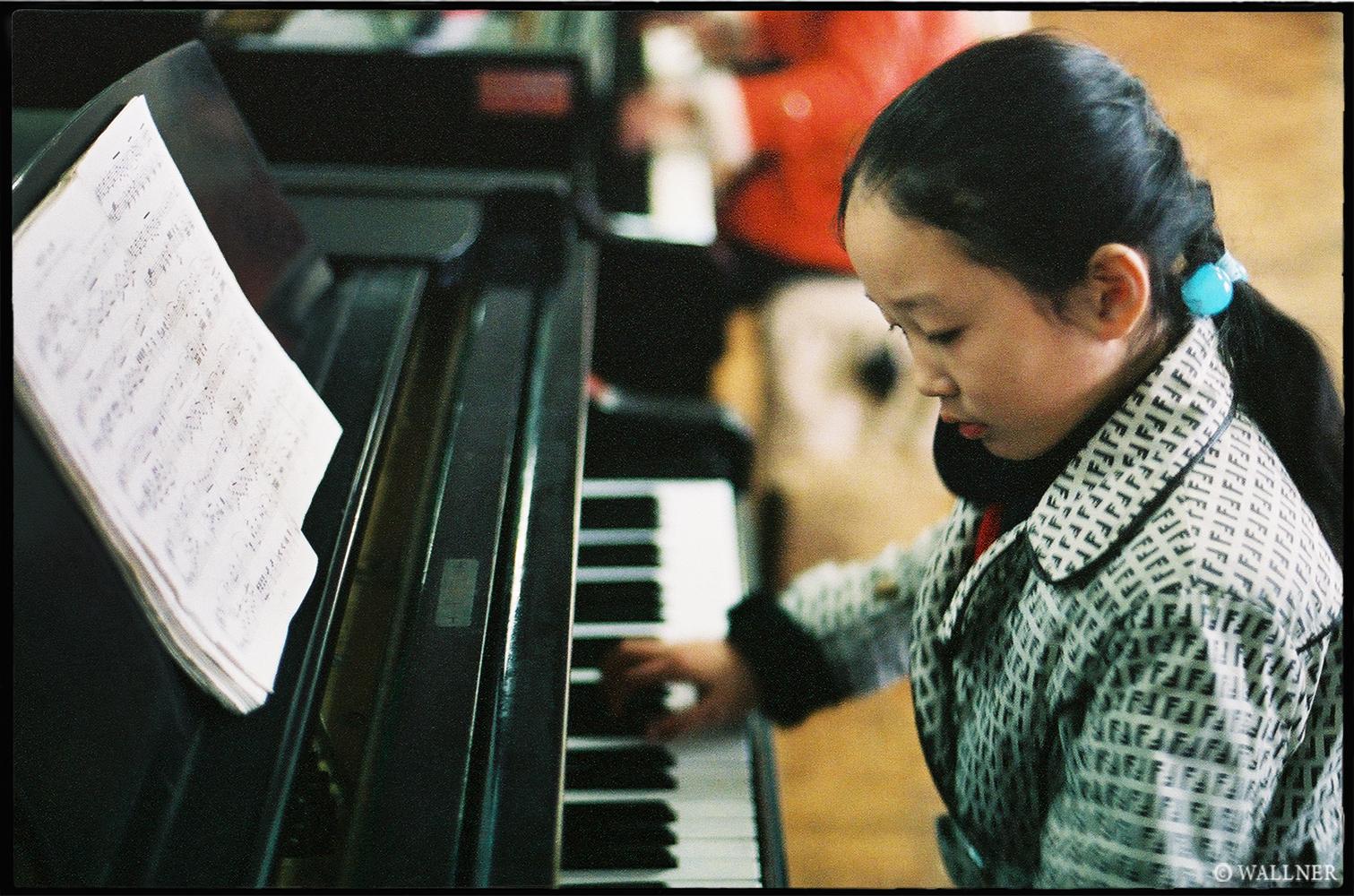 35mmPatrikWallner_Pyongyang_SchoolVisitPianoLOWQ