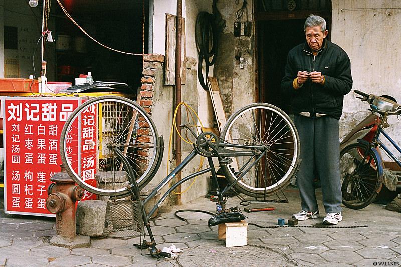 35mmPatrikWallner_Guilin_BikeRepairLOWQ