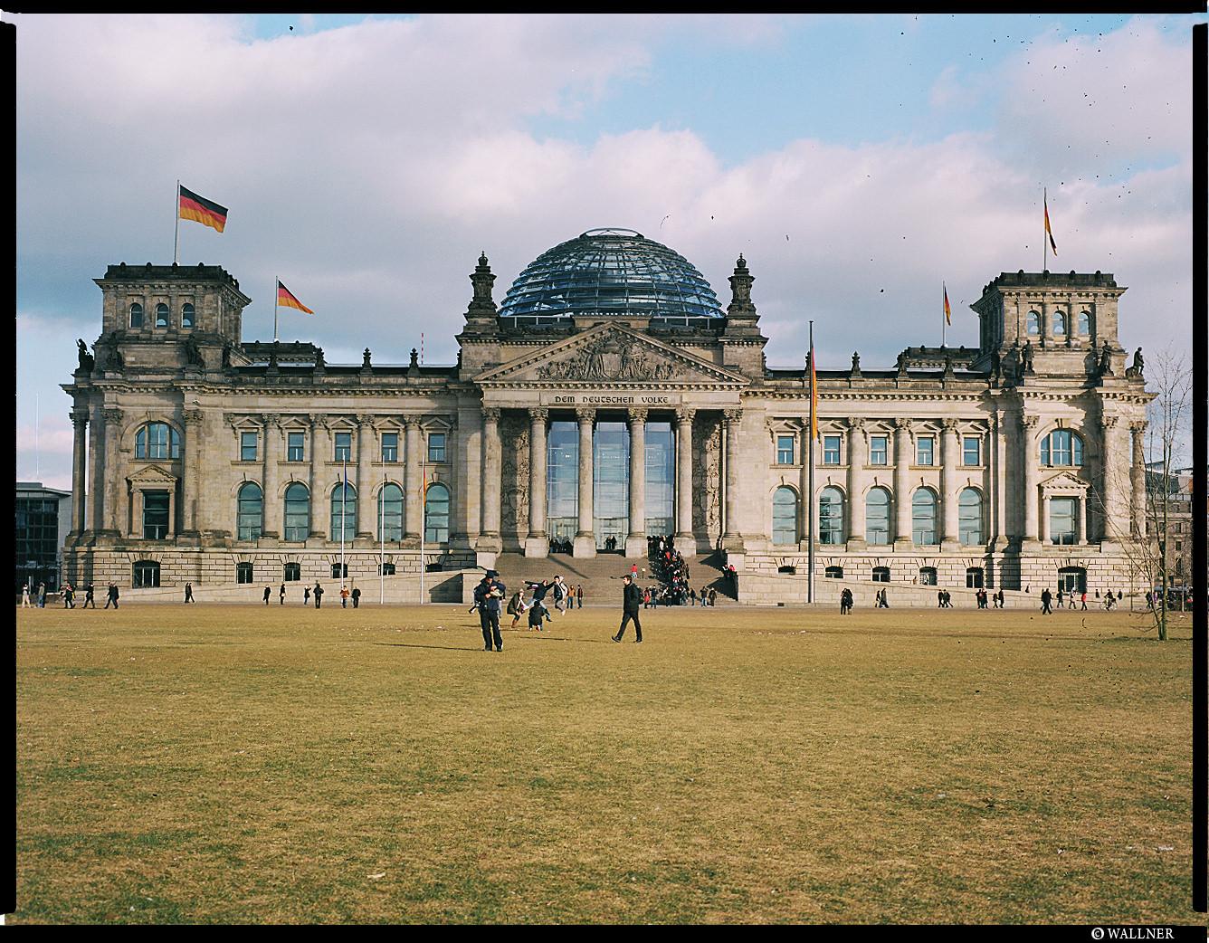 MediumFormatPatrikWallner_Berlin_DemDeutcheVolkLOWQ