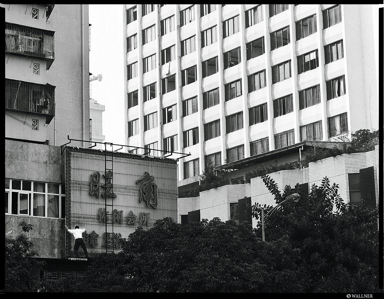 MediumFormatPatrikWallner_Shenzhen_ManSuicideLOWQ